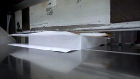 Processo de papel do corte, close-up, cortador para cortar a guilhotina de papel Movimento lento 250FPS filme