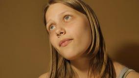 Processo de pensamento Menina adolescente que pensa sobre algo 4k UHD video estoque