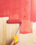 Processo de pintar as placas da madeira Fotografia de Stock Royalty Free
