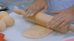 Processo de preparar a massa para cozer bolos no restaurante video estoque
