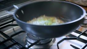 Processo de preparar o molho com vegetais sauted vídeos de arquivo