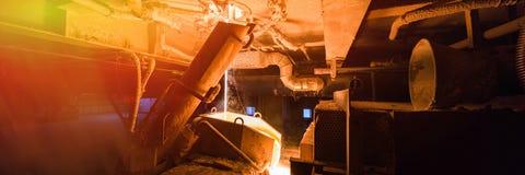Processo de produção da fibra de vidro no fundo da fabricação com equipamento da indústria imagem de stock royalty free