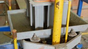 Processo de produção de pavimento concreto sob a forma do tijolo Peso do areia-cimento dos selos na matriz em cima da de alcance video estoque