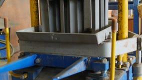 Processo de produção de superfície de estrada concreta sob a forma do tijolo Peso do areia-cimento dos selos na matriz em cima da filme