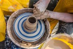 Processo de rotação da roda do ` s do oleiro, mãos do ceramist imagens de stock