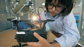 Processo de solda em uma sala do laboratório, fim acima filme