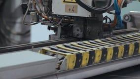 Processo de trabalhar a máquina na fábrica da janela filme