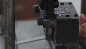 Processo de trabalho da máquina na fábrica da janela vídeos de arquivo