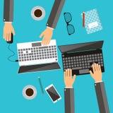 Processo de trabalho de conceito da equipe do negócio Mãos usando portáteis W Fotografia de Stock