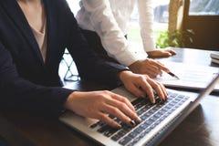 Processo de trabalho do homem de negócios no escritório os colegas de trabalho dos povos trabalham junto, fazendo a conversação c foto de stock