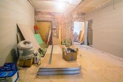 Processo de trabalho de instalar quadros do metal para a placa de gesso - drywall - para fazer paredes da gipsita na sagacidade d fotos de stock