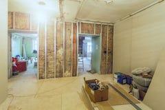 Processo de trabalho de instalar quadros do metal para a placa de gesso - drywall - para fazer paredes da gipsita na sagacidade d foto de stock