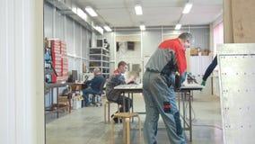 Processo de trabalho na fabricação de máquinas industriais do CNC vídeos de arquivo