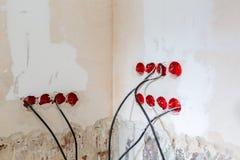 Processo de trabalho a sulcar ou parede que persegue para cabos elétricos, do Internet e tomadas elétricas antes da instalação fotos de stock