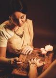 Processo del disegno dell'ornamento di menhdi del hennè fotografie stock libere da diritti