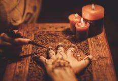 Processo del disegno dell'ornamento di menhdi del hennè fotografia stock libera da diritti
