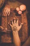 Processo del disegno dell'ornamento di menhdi del hennè fotografie stock
