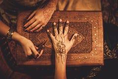 Processo del disegno dell'ornamento di menhdi del hennè immagine stock libera da diritti
