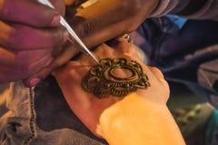 Processo del disegno del menhdi del hennè fotografie stock