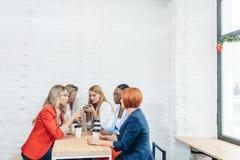 Processo del lavoro di gruppo Gruppo multirazziale di donne che coloborating nell'ufficio dello spazio aperto fotografia stock libera da diritti