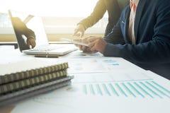 Processo del lavoro di gruppo squadra dei direttori aziendali che lavora con la nuova stella immagine stock libera da diritti
