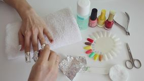 Processo del manicure in salone Smalto del gel di pulizia per coprire nuovo Ricoprire stagnola stock footage