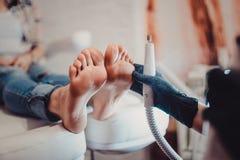 Processo del pedicure alla stazione termale del salone di bellezza immagini stock libere da diritti