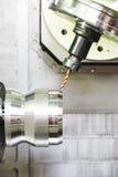 Processo del primo piano di metallo che lavora perforando Immagini Stock Libere da Diritti
