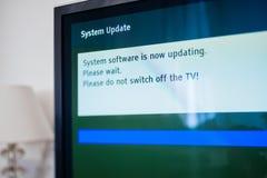 Processo del software dell'aggiornamento del sistema su un televisore moderno fotografia stock libera da diritti
