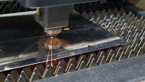 Processo del taglio industriale del laser della lamiera sottile video d archivio