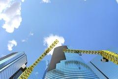 Processo della costruzione di edifici con le gru Immagini Stock Libere da Diritti
