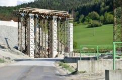 Processo delle colonne, una parte della costruzione di nuova strada principale Fotografie Stock