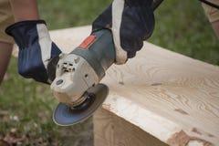Processo di abrasione della buccia della plancia di legno per il soffitto della casa di ceppo Immagini Stock Libere da Diritti