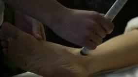 Processo di agopuntura della medicina di cinese tradizionale Trattamento tradizionale cinese, riscaldamento del punto del corpo archivi video
