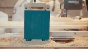 Processo di controllo dei lavoratori dei bordi di legno di lucidatura e di sawing alla segheria, molta segatura video d archivio