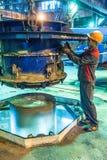 Processo di controllo del lavoratore di fabbricazione del blocchetto del cerchio Immagine Stock