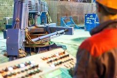 Processo di controllo del lavoratore di fabbricazione del blocco in calcestruzzo Immagini Stock Libere da Diritti