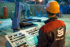 Processo di controllo del lavoratore di fabbricazione del blocco in calcestruzzo Fotografia Stock Libera da Diritti