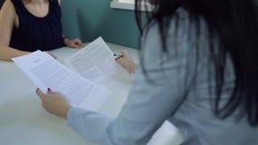 Processo di controllo e conclusione del trattato fra due donne archivi video