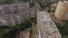 Processo di costruzione aereo del cantiere Gru e città degli ingegneri archivi video