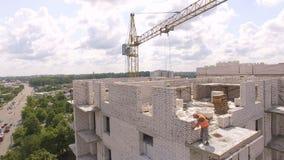 Processo di costruzione aereo del cantiere Gru e città degli ingegneri stock footage