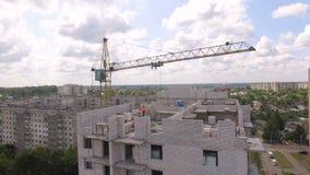 Processo di costruzione aereo del cantiere Gru e città degli ingegneri video d archivio