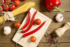 Processo di cottura nella diffusione di prodotti della cucina sulla tavola di legno ruvida Fotografia Stock