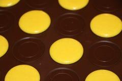 Processo di fabbricazione dei macarons Macarons gialli sullo strato di cottura del silicone Fotografia Stock Libera da Diritti