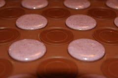Processo di fabbricazione dei macarons Macarons viola sullo strato di cottura del silicone Fotografie Stock
