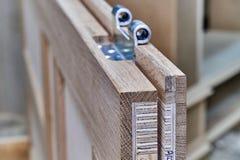 Processo di fabbricazione del legno della porta Battente Installazione della cerniera di porta Fabbricazione della mobilia immagine stock libera da diritti