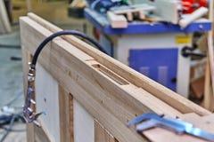 Processo di fabbricazione del legno della porta Battente Installazione della serratura di porta Fabbricazione della mobilia fotografia stock libera da diritti