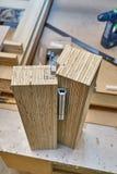 Processo di fabbricazione del legno della porta Installazione della cerniera di porta Fabbricazione della mobilia fotografia stock libera da diritti