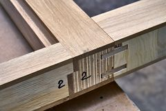 Processo di fabbricazione del legno della porta Struttura di porta Fabbricazione della mobilia fotografia stock libera da diritti