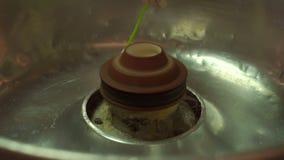 Processo di fabbricazione del primo piano dello zucchero filato stock footage